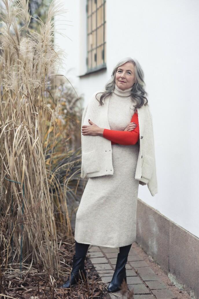 ETTER: Kardigan (kr 500), strikket kjole (kr 600), rød pologenser (kr 300) og støvletter (kr 600, alt fra Zara) og strømpebukse (kr 200, H&M). Tips! Samme farge på kardigan og kjole gir et helhetlig og sofistikert uttrykk. FOTO: Astrid Waller