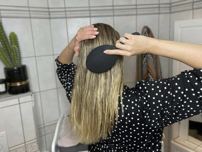2. La håret lufttørke til det er cirka 80–90 % tørt. Gre gjennom, og spray i saltvannsspray som gir hold.