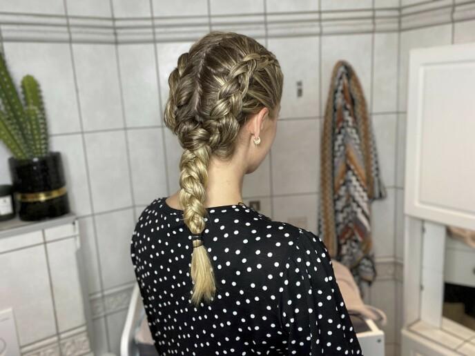 5. For at bølgene skal bli jevnest mulig i hele håret, samler du de to flettene til én flette fra nakken og ut. Håret er alltid tynnere i tuppene, og om du fortsetter med to fletter hele veien, vil bølgene bli mindre og se mer rotete ut nederst. Fest med strikk.