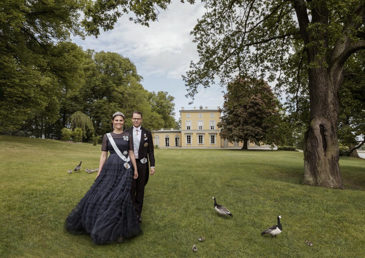 TINNBRYLLUP: Kronprinsessen stilte i en svart HM-kreasjon da de offisielle jubileumsbildene ble tatt utenfor Haga slott sommeren 2020. FOTO: Elisabeth Toll / Kungahuset