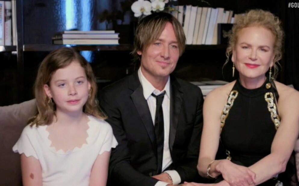 SJELDENT MØTE: Nicole Kidman og mannen Keith Urban hadde med seg døtrene da de rigget seg til for digital feiring av Golden Globe Awards i 2021. Her sitter en festpyntet Faith Margaret (10) ved siden av pappa og mamma. FOTO: NTB