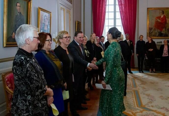 MØTE: Kronprinsessen stilte i den grønne HM-kjolen fra 2018-kolleksjonen under et møte med den svenske Regjeringen og medlemmer av Riksdagen i mars 2019. Den er blant kronprinsessens favoritter. FOTO: Henrik Garlöv / Kungahuset