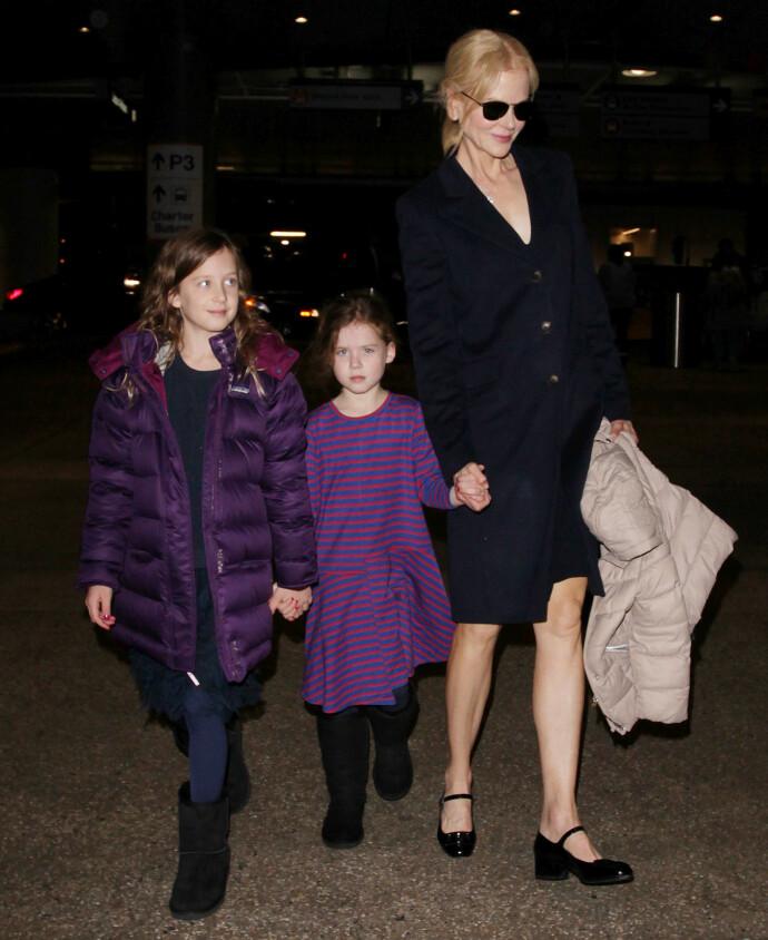 PÅ FARTA: Nicole Kidman i 2016, sammen med døtrene Faith Margaret og Sunday Rose, på et av de få bildene verden har sett av døtrene. FOTO: NTB