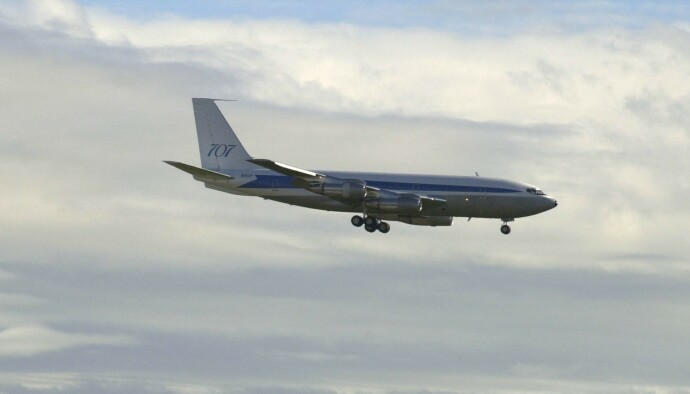 BAK SPAKENE: Her flyr skuespilleren sitt eget fly inn for landing i Melbourne, Australia, i forbindelse med premieren av filmen hans «Swordfish» i 2001. FOTO: REX/NTB