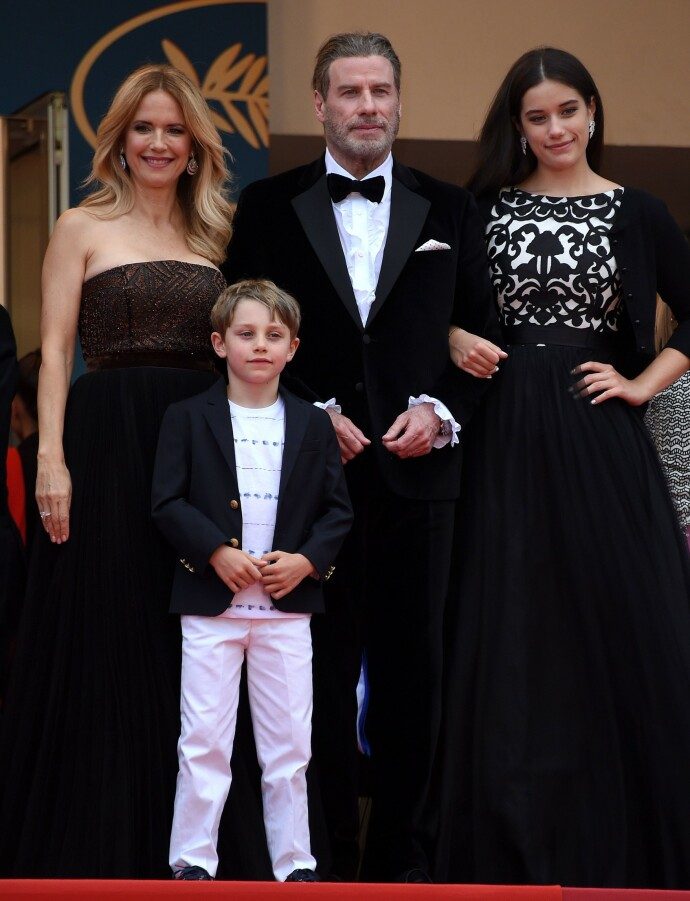 LYKKE: John og Kelly med barna Elle og Benjamin i Cannes i 2018. To år senere døde Kelly av brystkreft. FOTO: REX/NTB