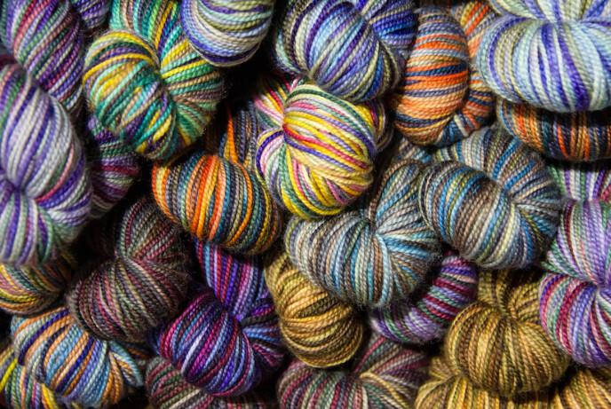 STRIKKEBONANZA: Flere fikk litt uventet mye fritid i 2020 og kastet seg derfor over strikkepinnene. Foto: NTB