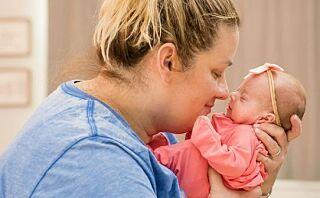 Her gjenforenes hun med sine nyfødte firlinger