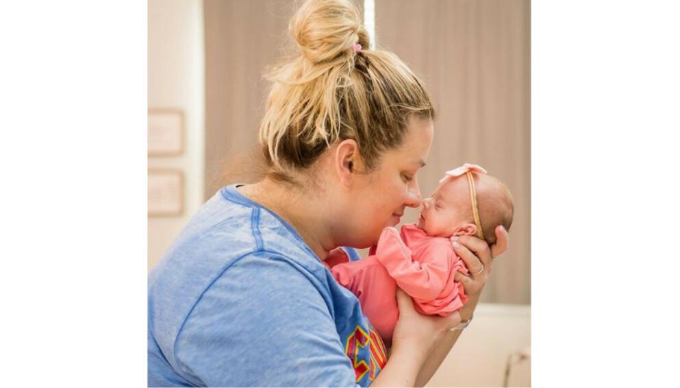 FIRLINGER: Starlyn Cafferta ble mor til firlinger i slutten av januar. På grunn av en kraftig vinterstorm i Texas ble hun og ektemannen forhindret i å se de nyfødte barna i over én uke. FOTO: @ReganMortonPhotography
