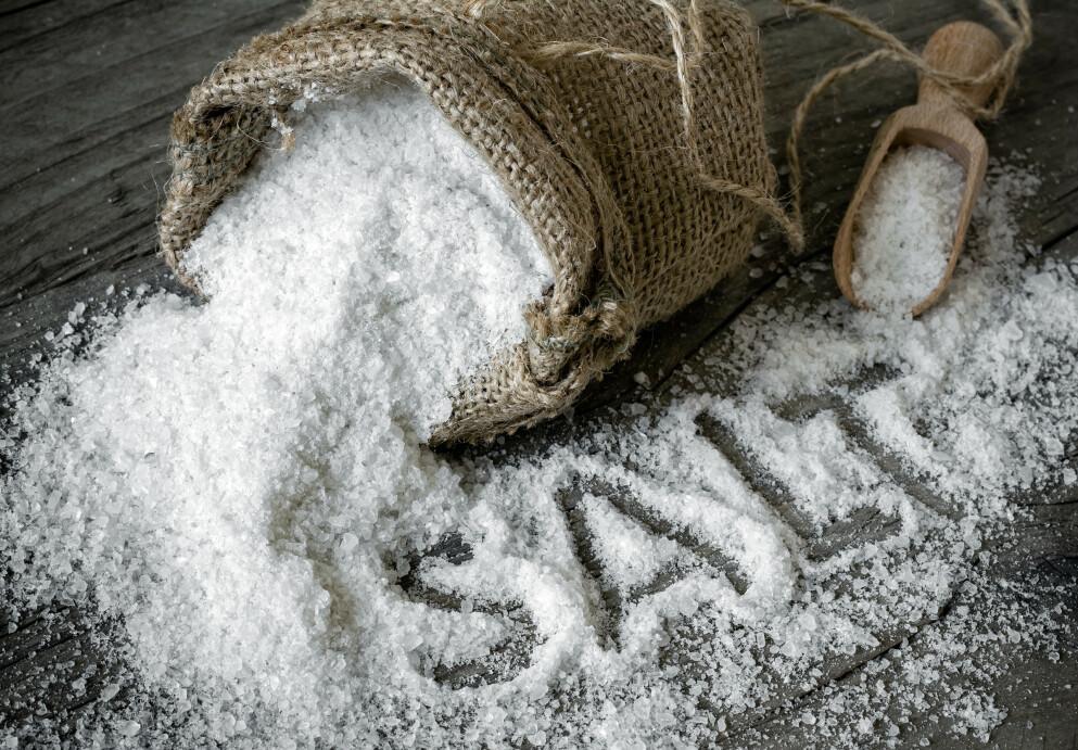SALT: Salt finnes allerede i svært mange matvarer. Men hvor mye salt er egentlig for mye salt? FOTO: NTB