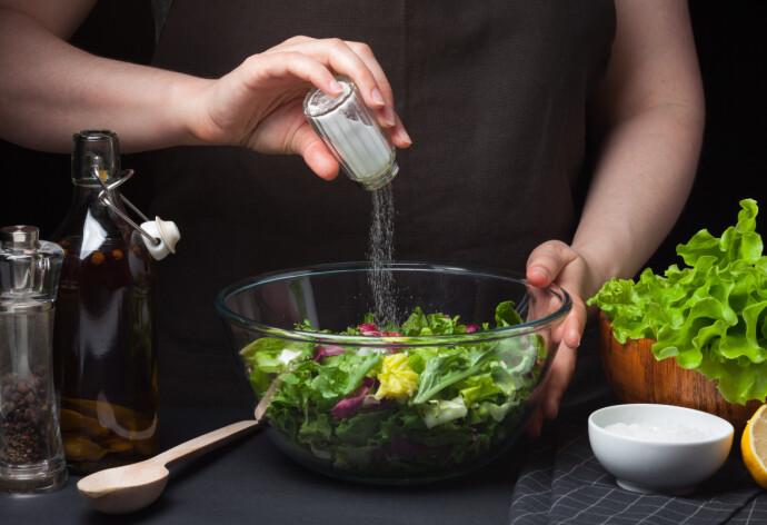 RIKE MONN: Mange salter av gammel vane, uten å smake på maten først. FOTO: NTB