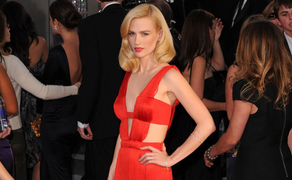 GOLDEN GLOBES 2021: January Jones stilte i den samme Versace-kjolen som hun bar under Golden Globes-utdelingen i 2011. Dette bildet er tatt for 10 år siden. Sjekk hvordan kjolen sitter i dag, lengre ned i saken! FOTO: NTB