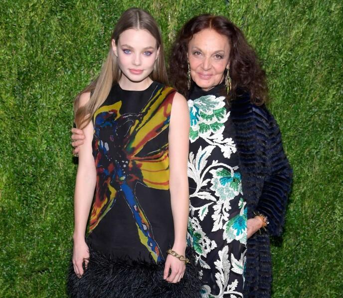 IKON: Kristine Frøseth med moteskaper Diane von Furstenberg under 15-årsjubileet til Vogue Fashion Fund i Brooklyn, New York, i 2018. Den norske 25-åringen er også en anerkjent modell. FOTO: NTB