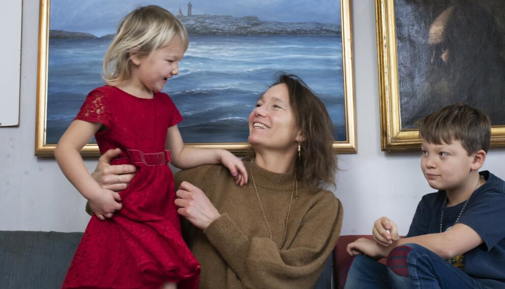 TAKKNEMLIG: – Jeg gikk fra å ha forsonet meg med sorgen over å ikke kunne få barn, til å bli tobarnsmamma. Det er ren og skjær lykke, sier Josefina Sallén, her med barna Enya og Jack. FOTO: Julia Sjöberg