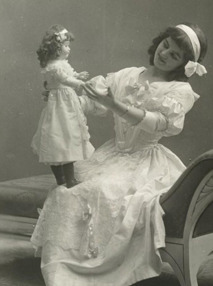 YRKESAKTIV: Erna Schøyen livnærte seg som skuespiller. Her fra stykket Dukkejomfuen på Centralteateret i 1911. FOTO: Rude&Hilfing/Oslo Museum