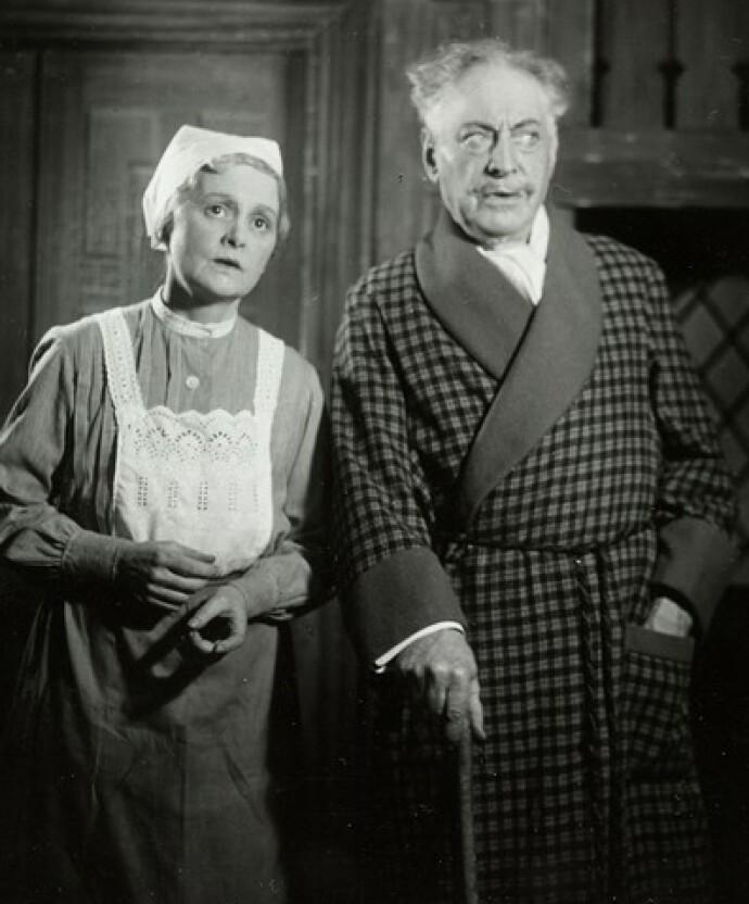 EKTESKAPLIGE TITLER: Bestemor Erna Schøyen og David Knudsen i forestillingen Et realt mannfolk på Centralteateret i 1942. Historisk fikk kvinner titler ut fra hvilken rolle mannen hadde. FOTO: Ukjent/Oslo Museum