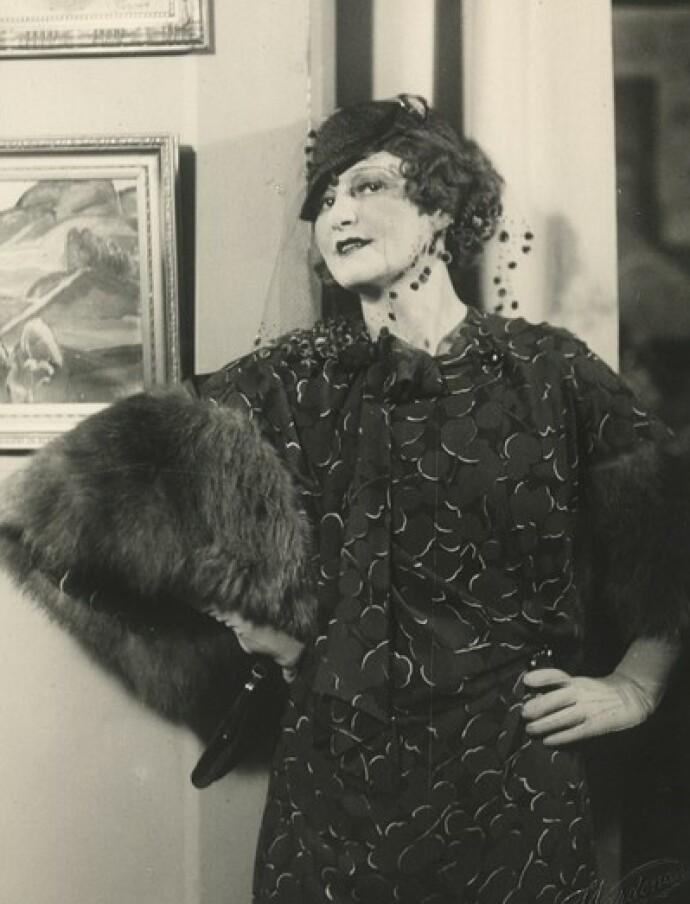 MINNER SOM ER BORTE: Bestemor Erna Schøyen på jobb som skuespiller, her i Damenes Max. Hege Duckert husker henne som en sprudlende dame, men skulle gjerne visst mer om henne.  FOTO: Thorleif Vardenær/Oslo Museum