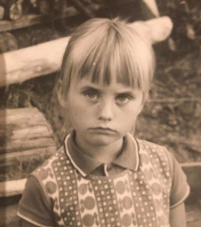 TASS PÅ TÅSEN: Seks år gamle Hege. Kanskje er det balletten hun grunner over? FOTO: privat