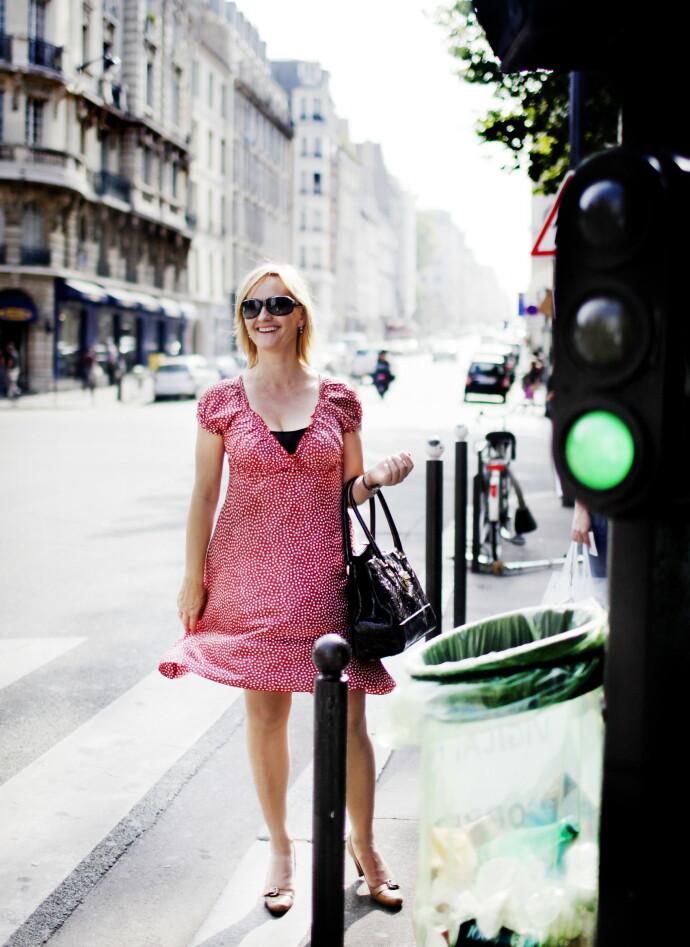 VERDENSBORGER: Hege Duckert går i Simone de Beauvoirs fotspor i Paris i 2009. FOTO: Agnete Brun/Dagbladet