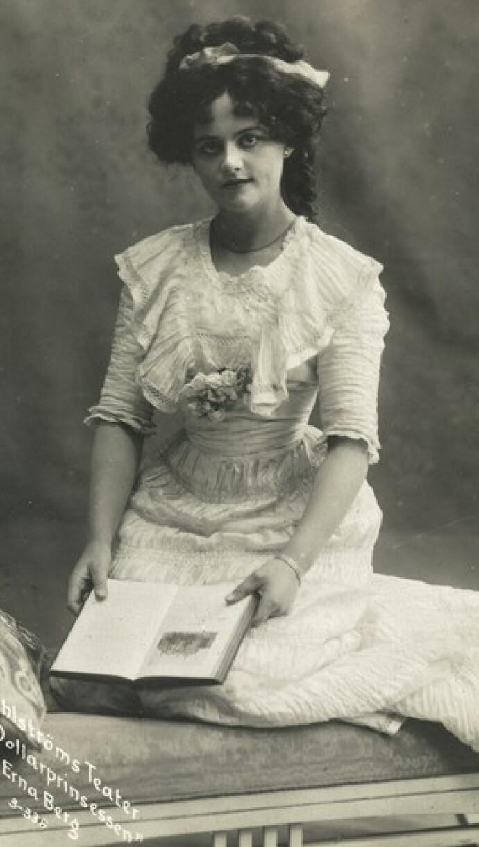 UNG STJERNE: Bestemor Erna Berg i 1909, før hun tok sin manns navn Schøyen. Her i stykket Dollarprinsessen. FOTO: Ukjent/Oslo Museum