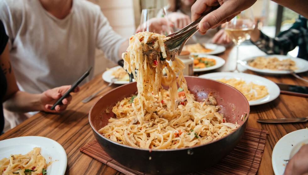 SPISE FORT: Har du tenkt over hvor fort du spiser middagen? Derfor bør du unngå å sluke maten. FOTO: NTB