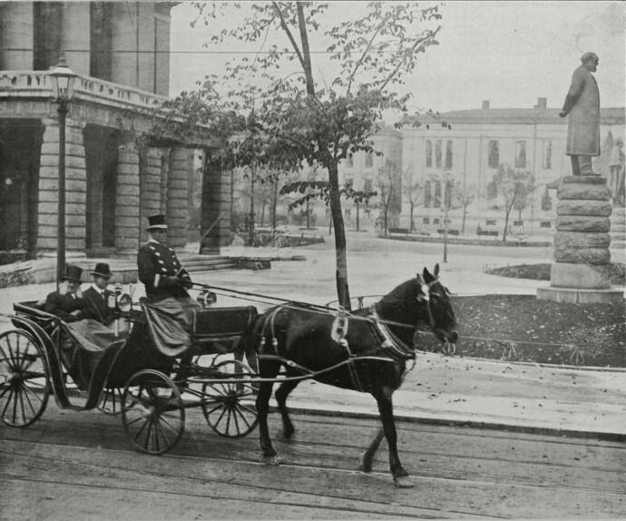 GODT SELSKAP: Henrik Ibsen og broren på kjøretur i Kristiania i 1898, på rundt samme tid som Hege Duckerts oldemor Kamilla skilte seg. Statuen av Henrik Ibsen skimtes i bakgrunnen. FOTO: NTB