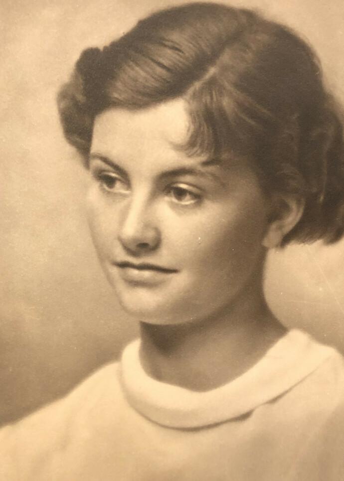 STOLT: Etter å ha vært husmor i 20 år, begynte Vivi Schøyen som dramatiker. Hege mener noe av det viktigste hun har med seg etter moren er nettopp evnen til å definere livet sitt på nytt. Vivi levde til hun ble 96 år. FOTO: Privat