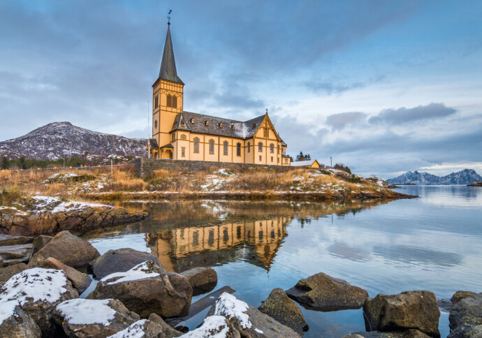 OPPSIKTSVEKKENDE VALG: Kirken i Kabelvåg ble innviet i 1898, omtrent samtidig som Kamilla fikk innvilget skilsmisse fra mannen sin Ørger. FOTO: NTB