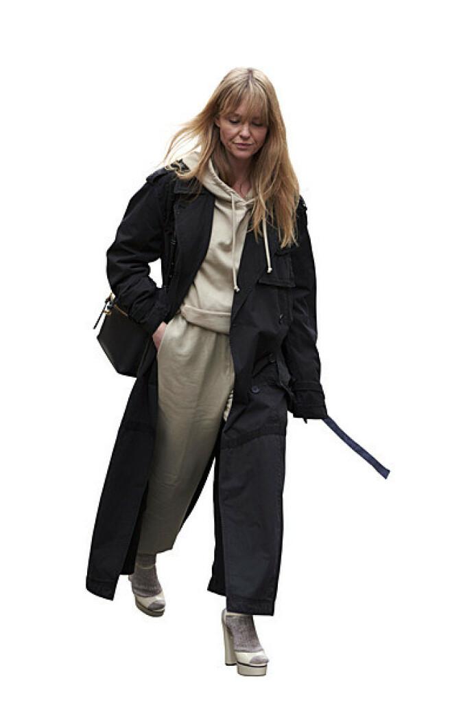 Gjør joggedressen klar for en tur på butikken med en trenchcoat over. FOTO: NTB