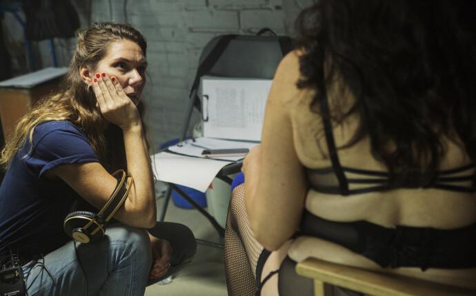 PÅ JOBB: Erika avbildet i regissørrollen, her sammen med en av skuespillerne, på én av årets mange innspillingsdager. FOTO: Monica Figueras
