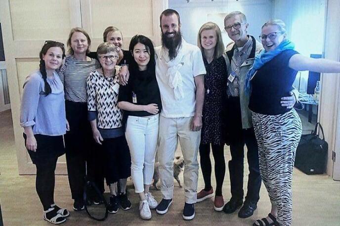 FRIGITT: I 5,5 år var Johan Gustafsson (i midten) fanget av den ytterliggående islamistgruppen al-Qaida, i løpet av våren kommer boken han har skrevet om hendelsen. Her sammen med familien sin like etter at han ble løslatt. FOTO: Privat