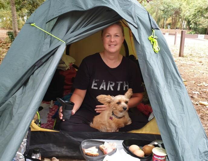 VIKTIG STØTTE: Lille Prozac, som er en blanding av yorkshire terrier, puddel og papillon, bidro blant annet som teltalarm og kontaktskaper. FOTO: Privat