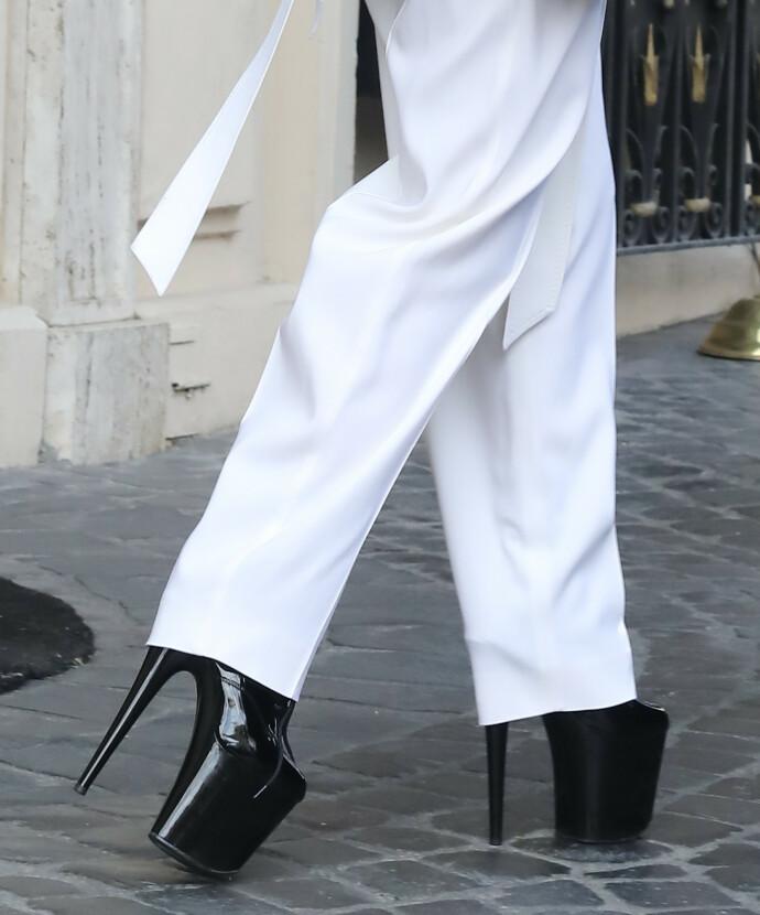 I KJENT STIL: Det er ikke så mye kjøttkjoler å se lenger, men Lady Gaga setter alltid sitt distinkte preg på antrekk. FOTO: NTB