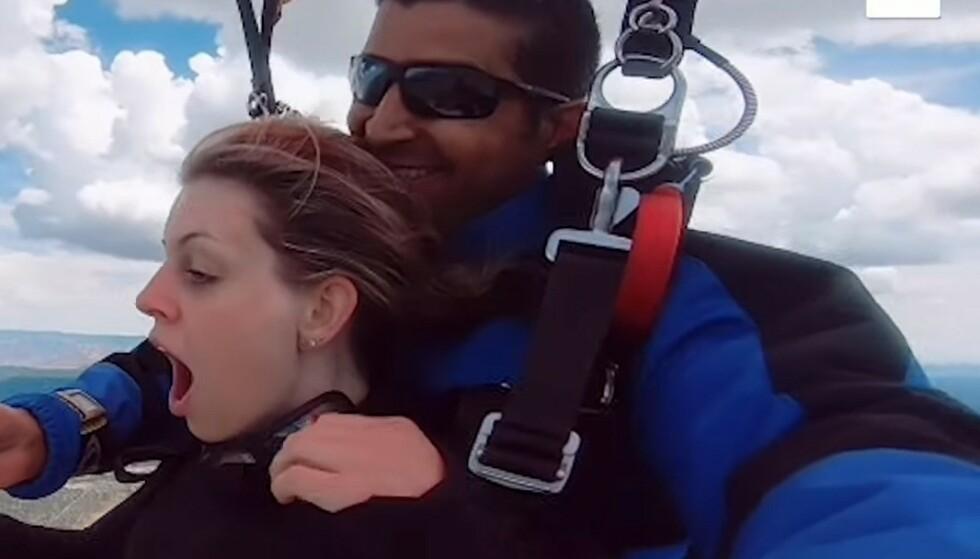 EVENTYRLIG FRIERI: Kaitlyn blir helt sjokkert idet kjæresten Rahim tar fram en diamantring. Foto: Skjermdump fra YouTube Wingman Skydive/Caters Clips