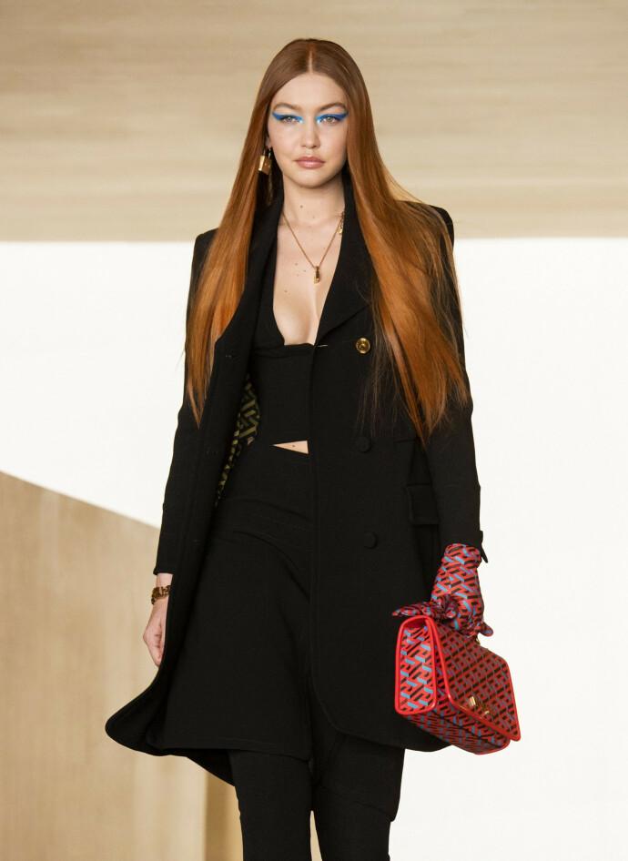 ALT KLER DEN SMUKKE: En rødhåret Gigi var på jobb for Versace under moteuken, som for det meste var digital, i Milan forrige uke. FOTO: NTB