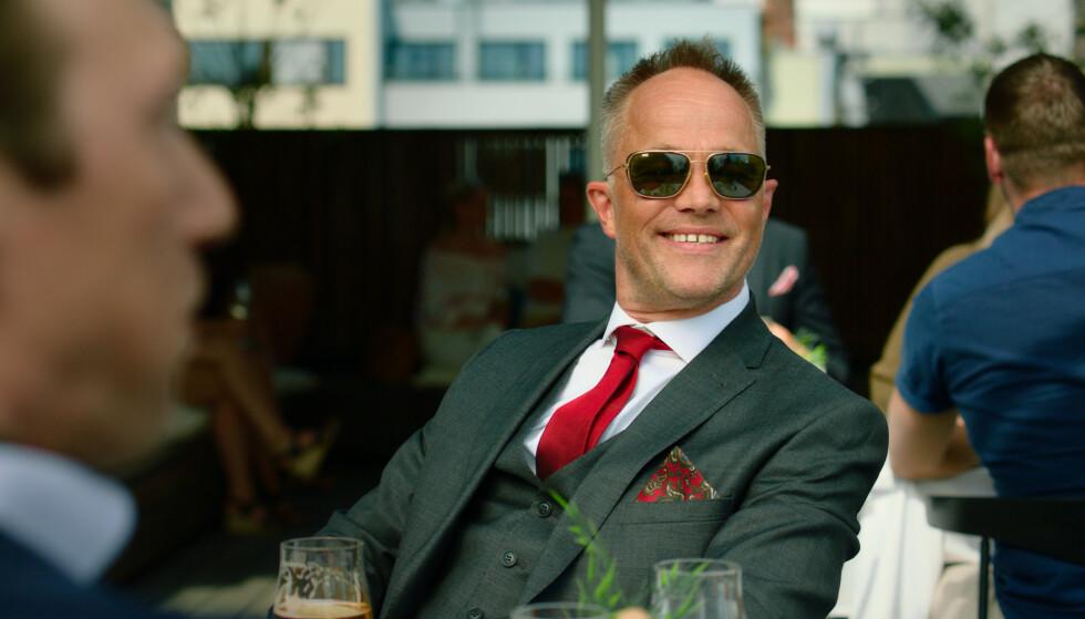 SLU JÆVEL: Den kyniske finansmannen Jeppe har ett svakt punkt; nemlig faren Herman. FOTO: Fremantle // NRK