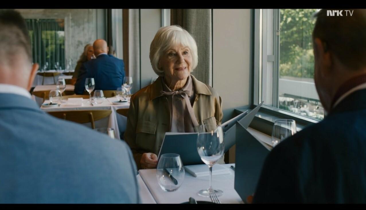 STERK DAME: Jeppes mor, spilt av Bente Børsum, sier høyt det så mange kvinner før henne har drømt om å si ansikt til ansikt til sin drittsekk av en eksmann. FOTO: Fremantle // NRK