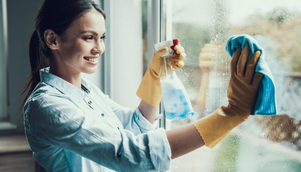 BLANDING: Bruk vann og to dråper oppvaskmiddel når du skal vaske vinduene. FOTO: NTB