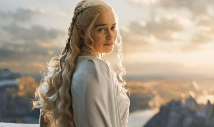 KJENT OG KJÆR: Fra 2011 til 2019 spilte Emilia Clarke en av de aller mest sentrale rollene i det som, fra mange hold, har blitt døpt tidenes beste serie. FOTO: NTB