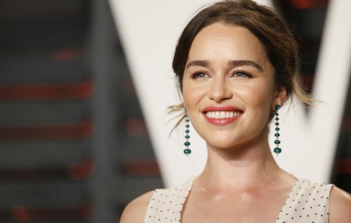 DELER HISTORIER: Ovenfor Elle forteller skuespillerinne Emilia Clarke om sin opplevelse av og erfaring med perfeksjonspresset i Hollywood. FOTO: NTB