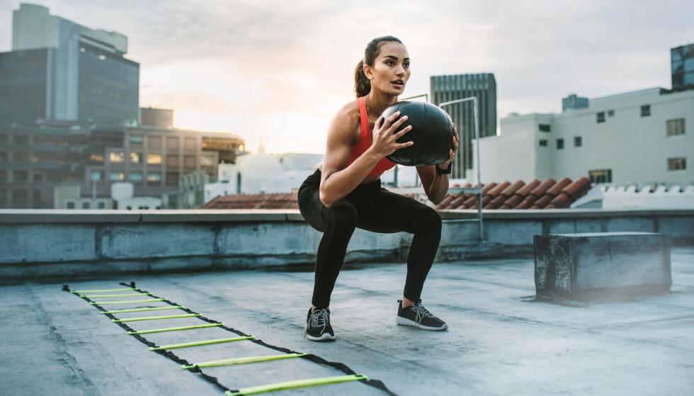TRENING: Knebøy er en øvelse for hele kroppen og som har flere fordeler enn du kanskje tror. FOTO: NTB