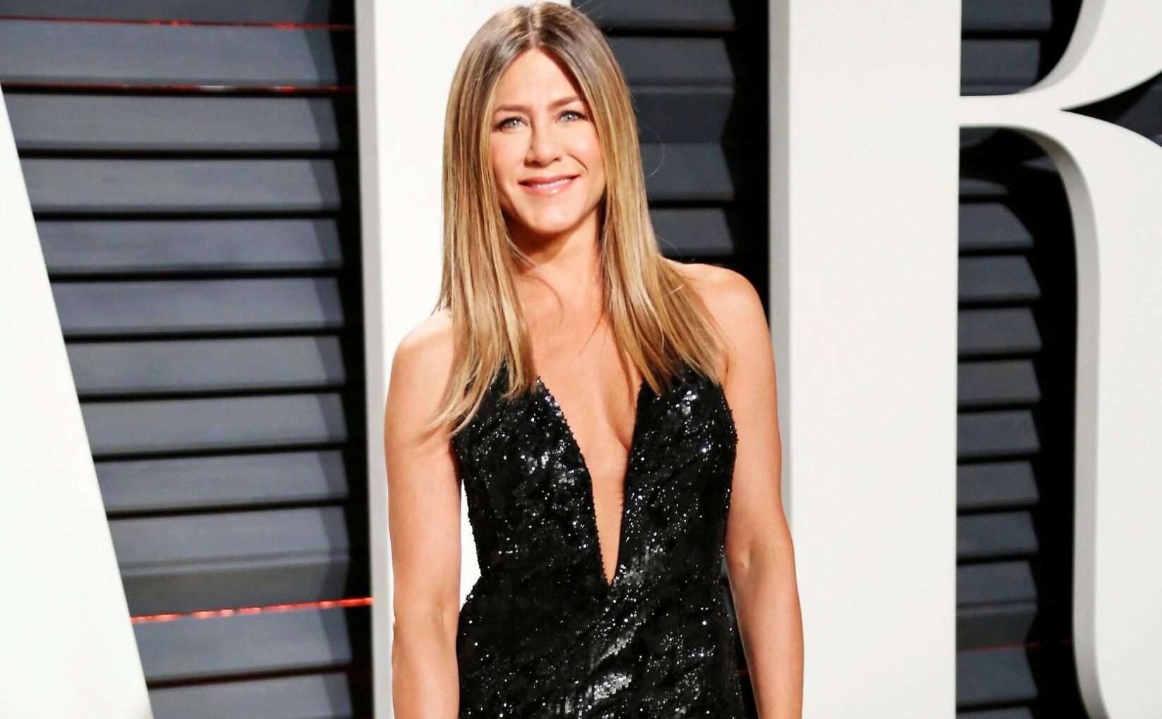Jan Thomas ruller terning på Jennifer Aniston. FOTO: NTB