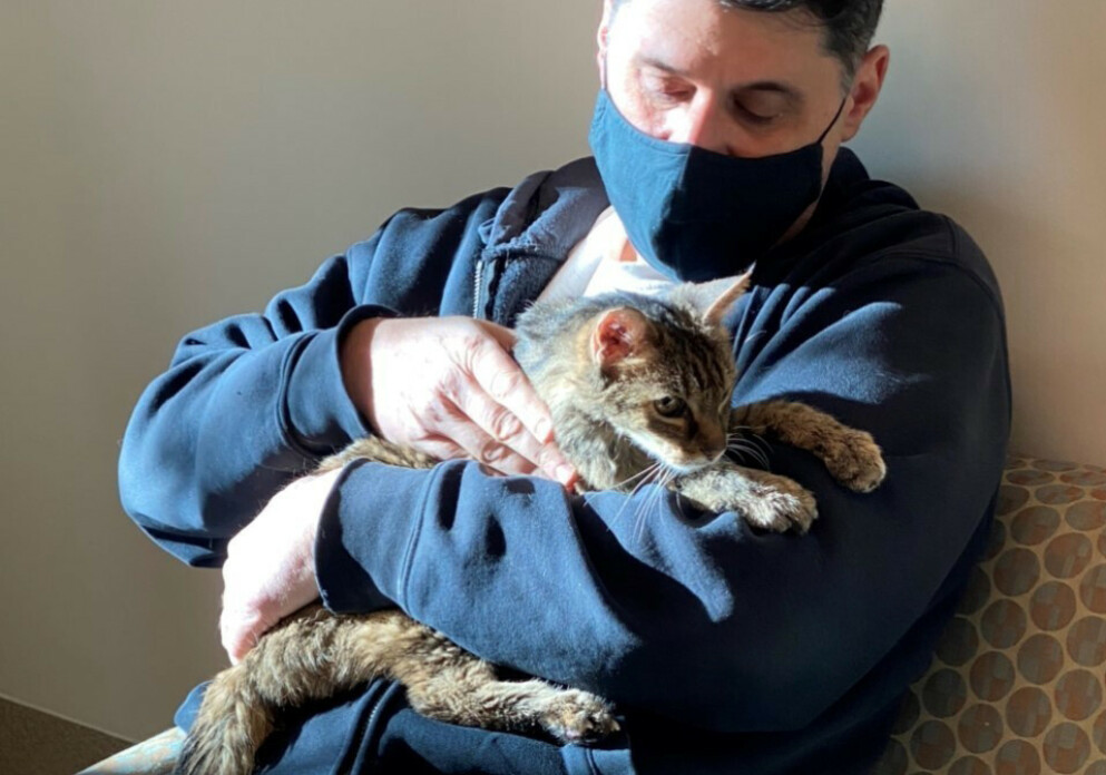 GJENFORENT: Brandy trygt tilbake i armene til eieren sin Charles, etter femten år. FOTO: Los Angeles County Department of Animal Care and Control/AP/NTB