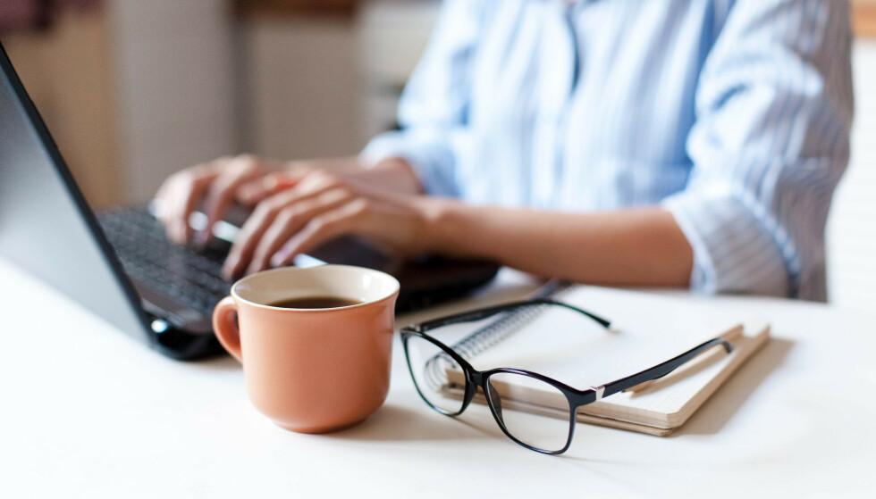 KAFFE PÅ HJEMMEKONTORET: Små mengder koffein kan hjelpe i stressende perioder, men det kan fort bli for mye. FOTO: NTB