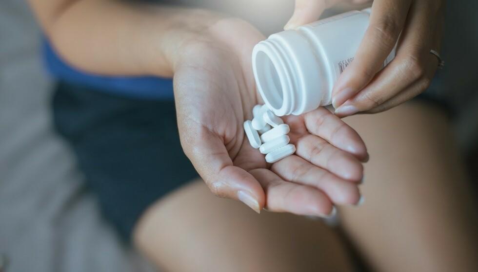 KOSTTILSKUDD: En generell regel er å snakke med legen, og lese pakningsvedlegget nøye, før du tar kosttilskudd. FOTO: NTB