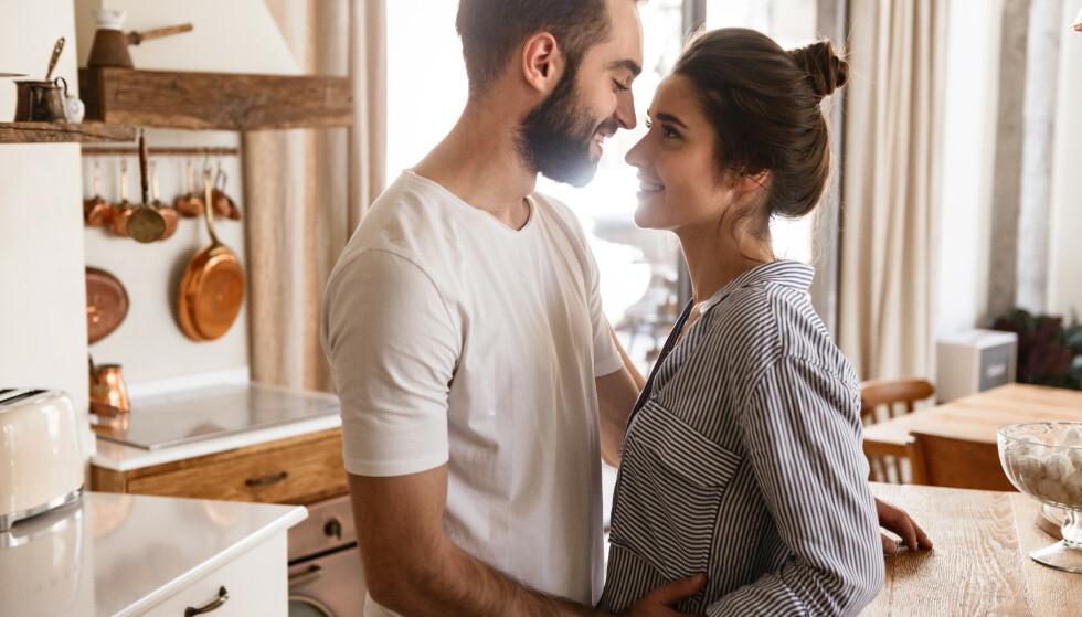 FORELSKET: Vi er rett og slett er som en rusmiddelfabrikk når vi er forelsket: en god cocktail av dopamin, noradrenalin, fenyletamin og serotonin utløses i hjernen. FOTO: NTB