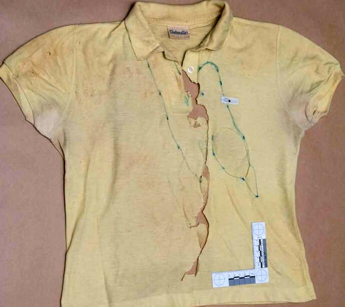 TRIST SYN: Den ødelagt T-skjorten Yiannoulla Yianni hadde på seg da hun ble voldtatt og drept, vitner om et fryktelig endelikt for den unge jenta. Gjerningsmannen hevdet i avhør at de to hadde hatt et seksuelt forhold. FOTO: Rex/NTB