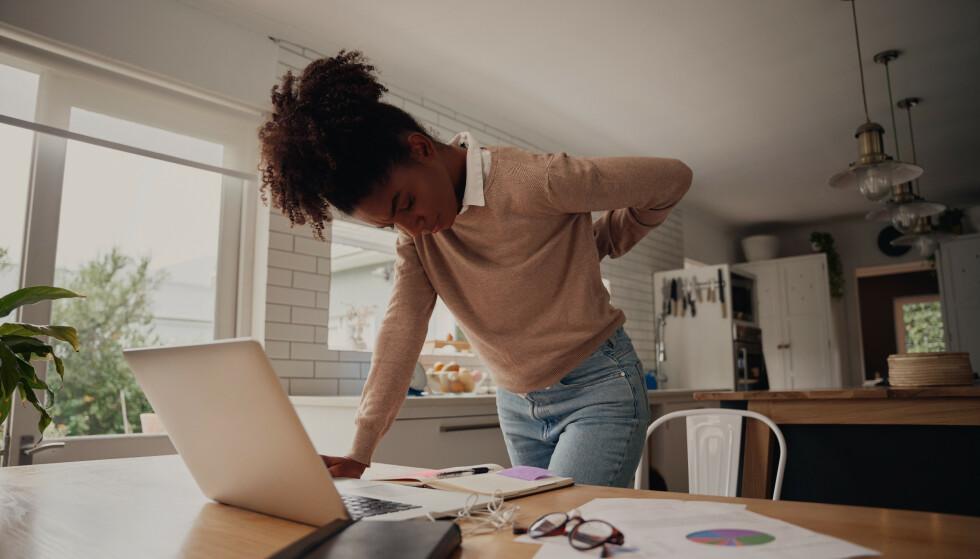 RYGGVONDT: Hjemmekontor på kjøkkenstolen er neppe det ryggen din har drømt om. FOTO: NTB