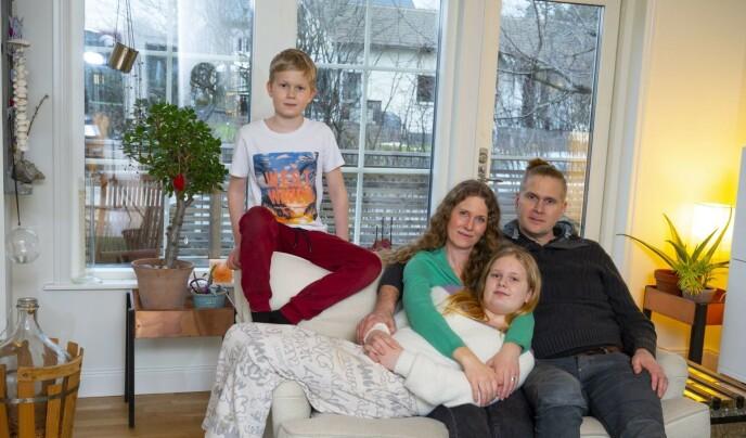 Hele familien samlet hjemme: Benjamin, Josefina, Emelie og Artur. FOTO: Theresia Köhlin