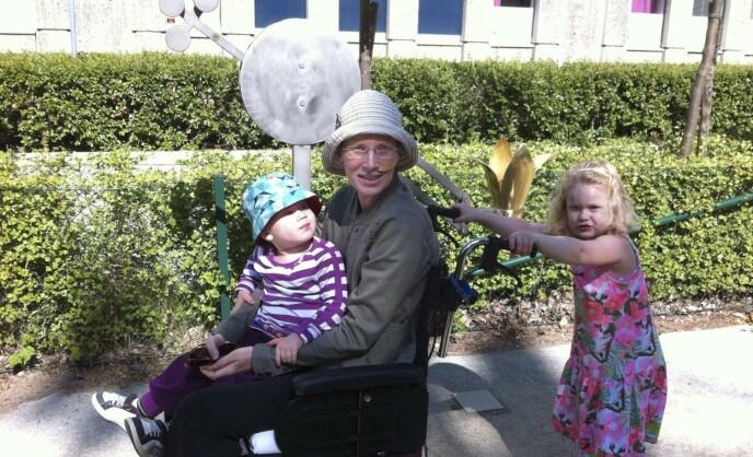 Josefina med Benjamin på fanget mens storesøster Emelie trillet rullestolen. FOTO: Theresia Köhlin