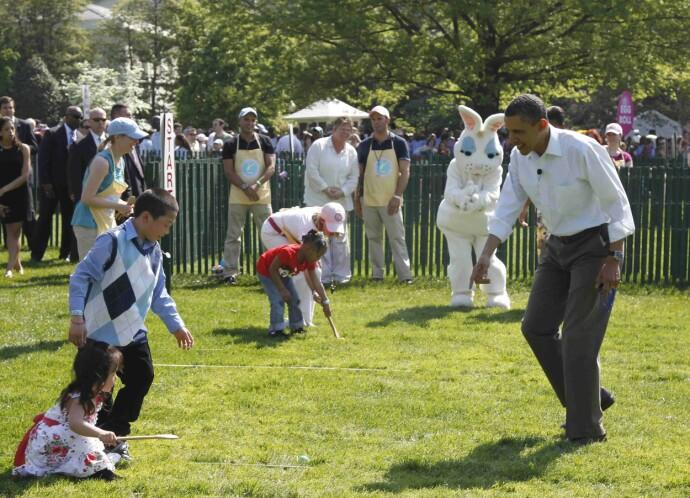 HEIA; HEIA: Daværende president Barack Obama heier på barna utenfor Det Hvite Hus i påsken 2011. FOTO: NTB